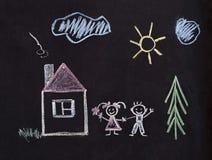 Lycklig familjteckning med krita Barn arkivfoto