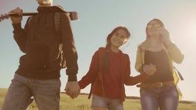 Lycklig familjultrarapidvideo som går på flicka och mamma för naturpojke i ett fält på trekking tur turistlivsstil med a