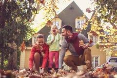 Lycklig familjutgiftertid tillsammans säsong för bana för höstfallskog arkivfoton