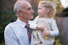 Lycklig farfar med sondottern Royaltyfria Bilder