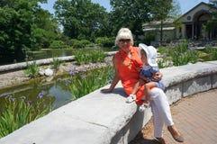 Lycklig farmor med sondottern Arkivfoton