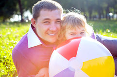 Lycklig farsa med hennes dotter utomhus i solljus Arkivbild