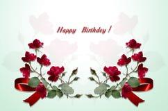 Lycklig födelsedag för vykort av röda rosor för buketter och den röda pilbågen Arkivfoton