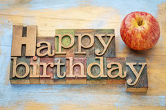 Lycklig födelsedag i wood typ med äpplet Arkivbilder
