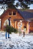 Lycklig ferie - barnet med henne föräldrar förbereder jul som är lycklig Royaltyfri Bild