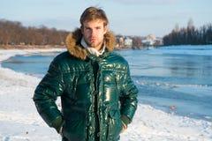 lycklig ferievinter Influensa och förkylning Varm kläder för kall säsong Man som reser i vintern, natur vinter för mode för bakgr fotografering för bildbyråer