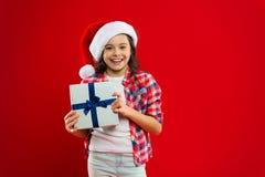 lycklig ferievinter liten flicka Gåva för Xmas Barndom shoppa för jul Liten flickabarn i santa den röda hatten fotografering för bildbyråer