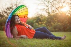 Lycklig fettig kvinna med paraplyet Arkivbilder