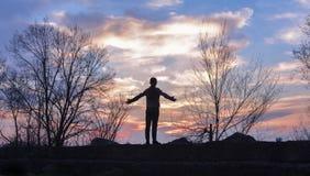Lycklig fira vinnande framgångkvinna på solnedgången royaltyfri fotografi