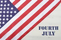 Lycklig fjärdedel av den Juli USA flaggan på den vita Wood tabellen Arkivfoton