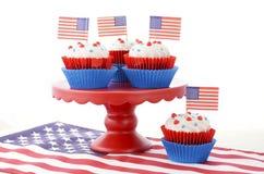 Lycklig fjärdedel av Juli muffin på röd ställning Royaltyfria Foton