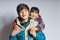 Lycklig fläderbroder och mer ung syster Royaltyfria Foton