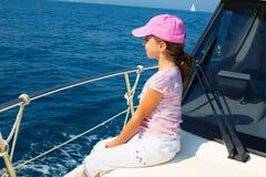 Lycklig flicka för barn som seglar det lyckliga fartyget med locket Arkivbild