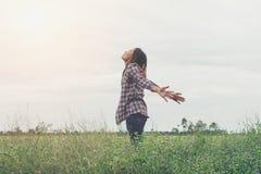 Lycklig flicka för frihet som känner sig vid liv Arkivbilder
