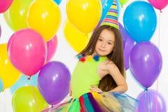 Lycklig flicka för liten unge med färgrika ballonger på arkivfoton