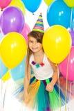 Lycklig flicka för liten unge med färgrika ballonger på Fotografering för Bildbyråer