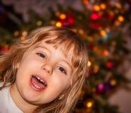 Lycklig flicka framme av julgranen Royaltyfri Foto
