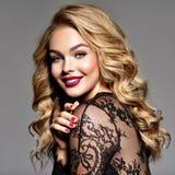 lycklig flicka Gladlynt ung caucasian kvinna royaltyfria foton