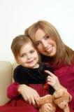 lycklig flicka henne liten mom Royaltyfria Bilder