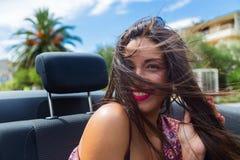 Lycklig flicka i baksätet av den konvertibla bilen Arkivbilder