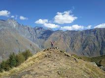 Lycklig flicka i bergen, avkänning av frihet arkivbilder