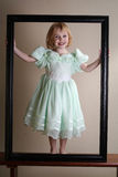 Lycklig flicka i bildram Royaltyfri Fotografi