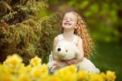 Lycklig flicka i den blomma trädgården Royaltyfri Foto