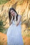 Lycklig flicka i den vita klänningen Royaltyfri Foto