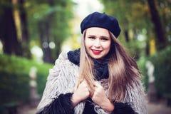 Lycklig flicka i en parkera Royaltyfri Bild