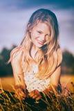 Lycklig flicka i fält Arkivfoto