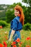 Lycklig flicka i fält Arkivfoton