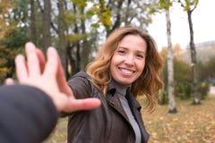 Lycklig flicka i färgrika sidor för höstskog Fotografering för Bildbyråer