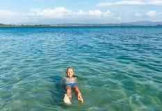 Lycklig flicka i havet Royaltyfri Fotografi