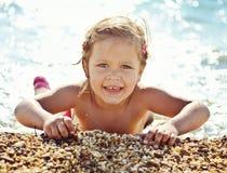Lycklig flicka i havsvatten arkivbild