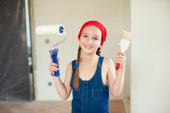 Lycklig flicka i röd hatt med reparationsutrustning Fotografering för Bildbyråer