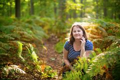 Lycklig flicka i skog på en nedgångdag Fotografering för Bildbyråer
