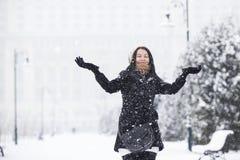 Lycklig flicka i snöig väder Arkivbild