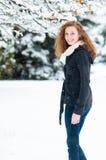 Lycklig flicka i snön Arkivbild