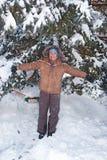 Lycklig flicka i snöskogen Arkivfoto