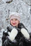 Lycklig flicka i vinterskog Arkivbild