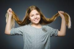 lycklig flicka Le för barn för Closeupstående som stiligt isoleras på grå färger arkivbild