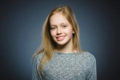 lycklig flicka Le för barn för Closeupstående som stiligt isoleras på grå färger Royaltyfri Foto