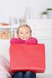 lycklig flicka little present Royaltyfri Fotografi