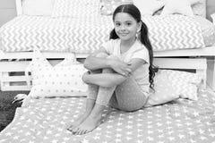 lycklig flicka little Sk?nhet och danar Barndomlycka litet flickabarn med perfekt h?r Internationella barn arkivfoton