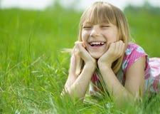 lycklig flicka little som är utomhus- fotografering för bildbyråer