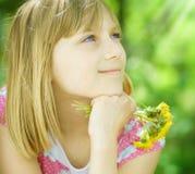 lycklig flicka little som är utomhus- Arkivfoton