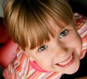 lycklig flicka little som ler Arkivfoto