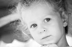 lycklig flicka little Svartvit serie Arkivfoton