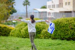 Lycklig flicka med den Israel flaggan arkivbild