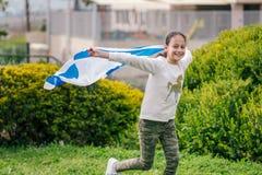 Lycklig flicka med den Israel flaggan royaltyfria bilder